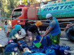 petugas-bpbd-pamekasan-mengirimkan-air-bersih-ke-sejumlah-desa.jpg