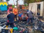 petugas-damkar-melakukan-pembasahan-di-lokasi-kebakaran-yang-menghanguskan-tiga-rumah.jpg