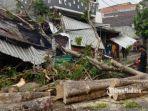 petugas-dari-dlh-kota-malang-saat-melakukan-proses-evakuasi-pohon-tumbang.jpg