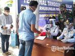petugas-dinas-perhubungan-provinsi-jatim-di-terminal-tangguh-covid-19-bangkalan.jpg