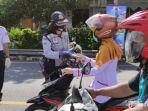 petugas-dishub-membagikan-masker-kepada-para-pengendara.jpg