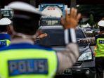 petugas-gabungan-memeriksa-kendaraan-di-gerbang-tol-cikupa-dan-diharuskan-menunjukkan-sikm.jpg