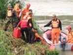 petugas-gabungan-mencari-tubuh-korban-yang-hanyut-di-sungai-brantas-menggunakan-perahu-karet.jpg
