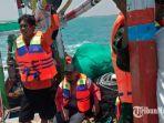 petugas-gabungan-sedang-melakukan-pencarian-jenazah-mudher-di-perairan-laut-selatan-pantai-jumiang.jpg