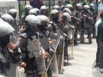 petugas-kepolisian-berjaga-saat-massa-aksi-mahasiswa-di-depan-gedung-dprd-sumenep.jpg