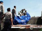 petugas-kepolisian-bersama-tni-saat-membantu-memperbaiki-rumah-rumah-korban-puting-beliung.jpg