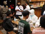 petugas-kepolisian-dan-tim-dinkes-kabupaten-kediri-melakukan-rapid-test-di-cafe.jpg