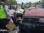 petugas-kepolisian-mengevakuasi-korban-kecelakaan-melibatkan-kijang-vs-truk-di-tuban.jpg