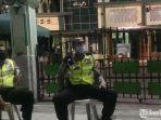 petugas-kepolisian-menjaga-areamasjid-kemayoran.jpg