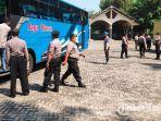 petugas-kepolisian-polres-tuban-melakukan-penghadangan-sejumlah-kendaraan.jpg