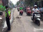 petugas-kepolisian-saat-melakukan-pemeriksaan-tempat-kejadian-perkara-laka-lantas.jpg