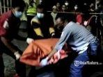 petugas-medis-mengevakuasi-jenazah-korban-penusukan.jpg