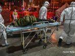 petugas-medis-saat-membawa-pasien-yang-diduga-terkena-virus-corona.jpg