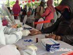 petugas-medis-sedang-melakukan-rapid-test-kepada-seorang-warga-di-surabaya.jpg
