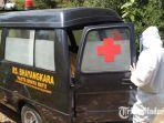 petugas-medis-setelah-memasukkan-mayat-tanpa-identitas-ke-dalam-ambulance.jpg