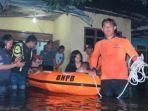 petugas-melakukan-evakuasi-warga-yang-rumahnya-kebanjiran.jpg