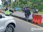 petugas-memberhentikan-kendaraan-masuk-wilayah-kabupaten-malang.jpg