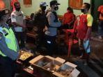 petugas-memberikan-imbauan-kepada-pemilik-rumah-yang-menggelar-acara-halal-bihalal-di-sananwetan.jpg