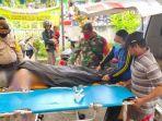 petugas-mengevakuasi-jasad-wisatawan-pantai-paseban-di-kecamatan-kencong-jember.jpg