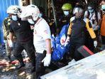 petugas-mengevakuasi-korban-yang-meninggal-pada-kebakaran-toko-elektronik-di-surabaya.jpg