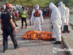 petugas-mengevakuasi-temuan-mayat-di-perairan-pantai-boom-tuban-kamis-2492020.jpg