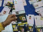 petugas-menyiapkan-paspor-dan-visa-calon-jamaah-haji-di-surabaya.jpg