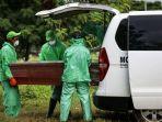 petugas-pemakaman-mengeluarkan-peti-jenazah-pasien-suspect-virus-corona.jpg