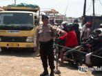 petugas-personel-satuan-polisi-perairan-resort-sumenep-mengatur-di-pelabuhan-talango.jpg