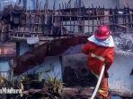 petugas-pmk-kota-kediri-menyemprotkan-air-pada-rumah-yang-terbakar-kediri.jpg