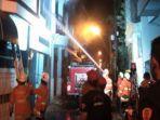 petugas-pmk-surabaya-memadamkan-api-di-rumah-home-industri-konveksi-di-tambak-sari.jpg