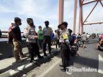 petugas-saat-berada-di-lokasi-kejadian-pria-nekat-melompat-dari-atas-jembatan-sembayat.jpg