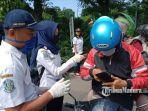 petugas-saat-melakukan-screening-kendaraan-masuk-ke-surabaya-di-hari-keempat-psbb.jpg
