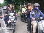 petugas-saat-melakukan-sosialisasi-pilkada-surabaya-2020-agar-warga-datang-ke-tps-46.jpg