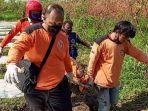 petugas-saat-mengevakuasi-jasad-korban-yang-ditemukan-dalam-kubangan-lumpur-kebun-singkong.jpg