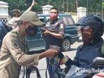 petugas-satpol-pp-membagikan-masker-gratis-kepada-masyarakat-yang-melintas-di-jalan-kota-kediri.jpg