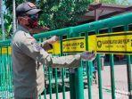 petugas-satpol-pp-menutup-gerbang-akses-masuk-area-pasar-asem-payung-sukolilo.jpg