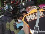 petugas-satpol-pp-surabaya-saat-melakukan-sosialisasi-kepada-pelaku-usaha.jpg