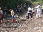petugas-sedang-memungut-sampah-di-pelabuhan-rakyat-kalianget-sumenep-madura.jpg