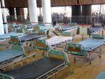 petugas-sedang-menyiapkan-bed-di-rs-darurat-lapangan-tembak-surabaya.jpg