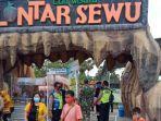 petugas-tni-polri-mengingatkan-sosialisasi-kepada-pengunjung-di-eduwisata-lontarsewu.jpg