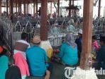 peziarah-berdoa-di-makam-maulana-malik-ibrahim-kabupaten-gresik.jpg