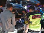 polisi-ketika-merazia-setiap-kendaraan-yang-melintas-di-lamongan-jelang-putusan-mk.jpg