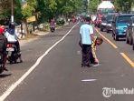 polisi-melakukan-olah-tkp-di-lokasi-kecelakaan-di-jalan-raya-desa-sembung-perak-jombang.jpg
