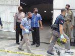 polisi-melakukan-penyelidikan-di-rumah-bupati-kediri-atas-aksi-teror-pada-minggu-dini-hari.jpg