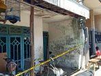 polisi-memasang-police-line-di-rumah-korban-lokasi-kejadian-pembacokan-celurit-di-surabaya.jpg