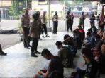 polisi-memberikan-arahan-kepada-22-pemuda-yang-terciduk-aksi-balap-liar-di-surabaya.jpg