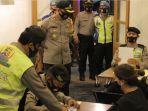 polisi-memberikan-sanksi-kepada-pengelola-kafe-tidak-disiplin-menerapkan-protokol-kesehatan-covid-19.jpg