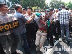 polisi-membubarkan-massa-aksi-dari-aliansi-mahasiswa-papua-amp-di-jalan-kahuripan-kota-malang.jpg