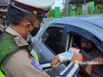 polisi-memeriksa-surat-kendaraan-dan-persyaratan-perjalanan.jpg