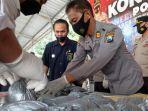 polisi-memusnahkan-barang-bukti-puluhan-kilogram-bahan-peledak-di-mapolres-trenggalek.jpg